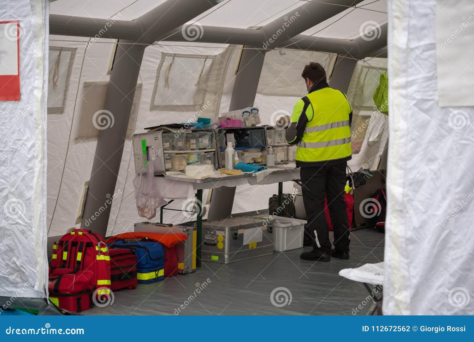 Arzt Check für medizinische Bedarfe innerhalb des vorübergehenden Rettungs-Steuermitte-Zeltes