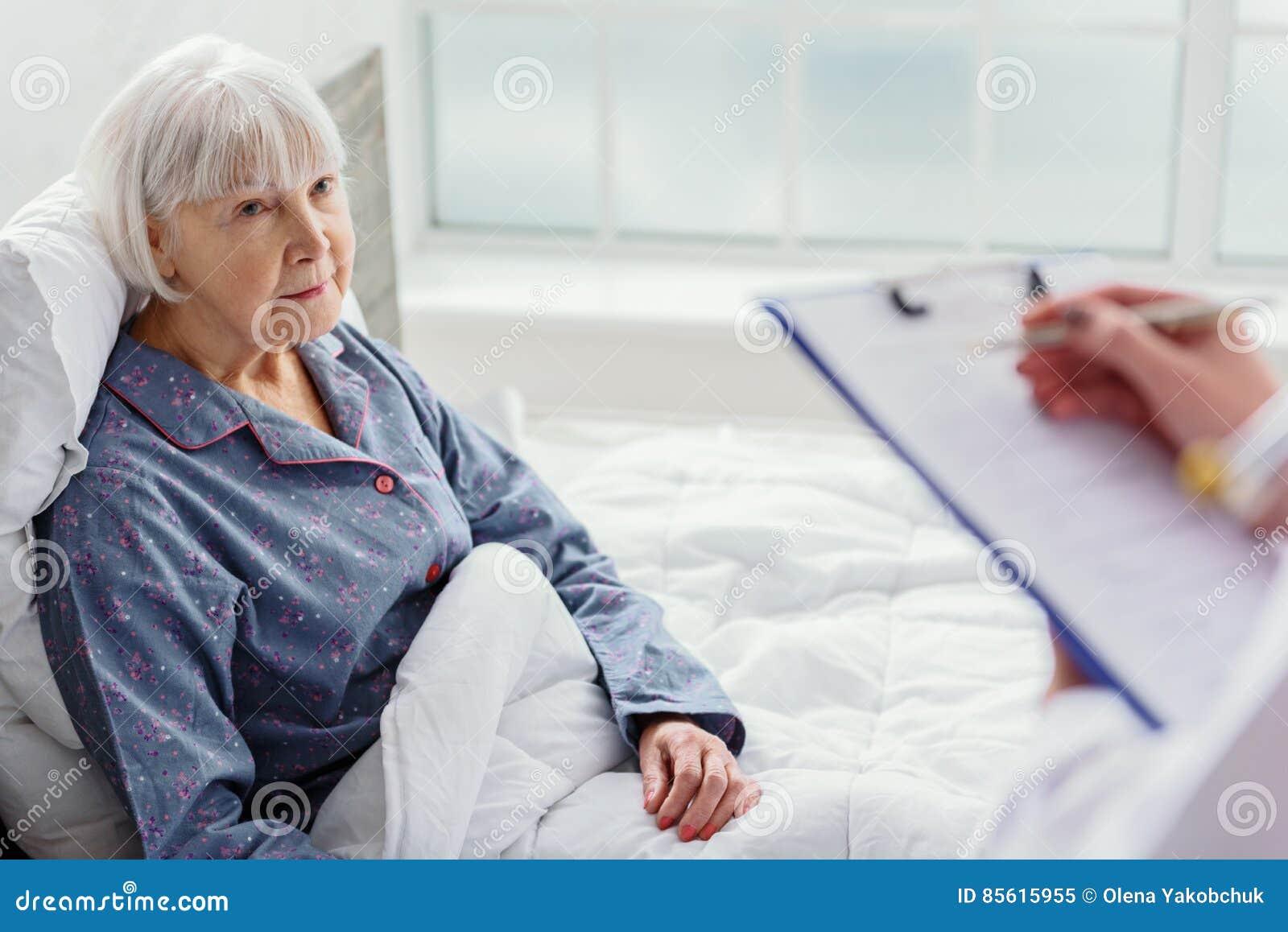 arzt der alte frau im krankenhaus fragt stockbild bild. Black Bedroom Furniture Sets. Home Design Ideas
