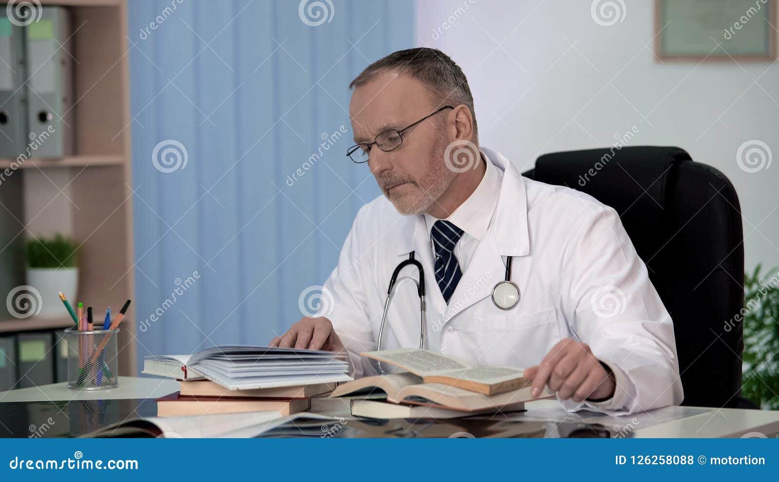 Arzt, der die medizinischen Bücher suchen Informationen über seltene Krankheitswissenschaft liest