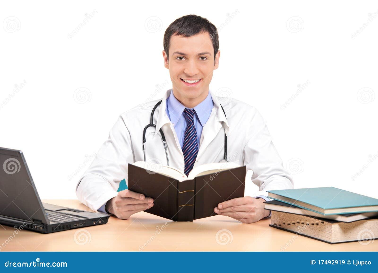 Arzt, der in seinem Büro aufwirft