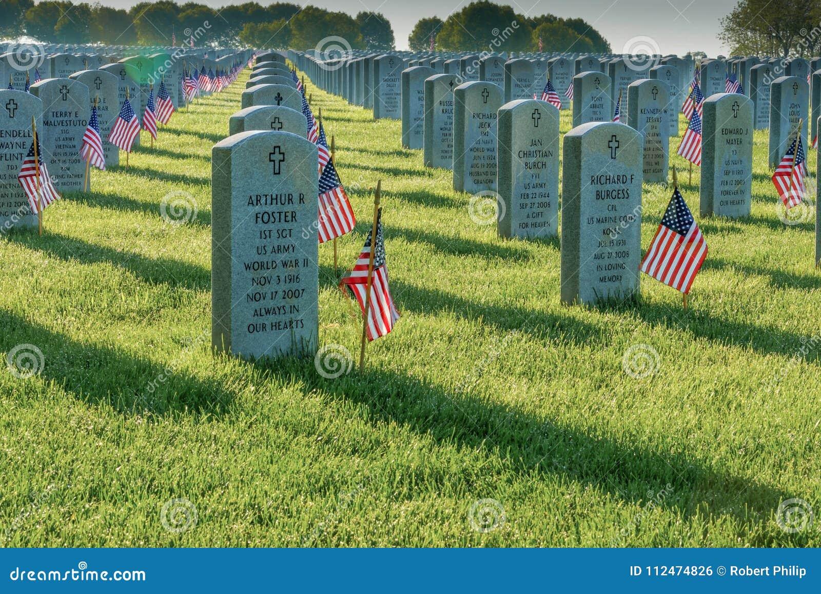 As bandeiras decoram as sepulturas do caído em Memorial Day em Abraham Lincoln National Cemetery