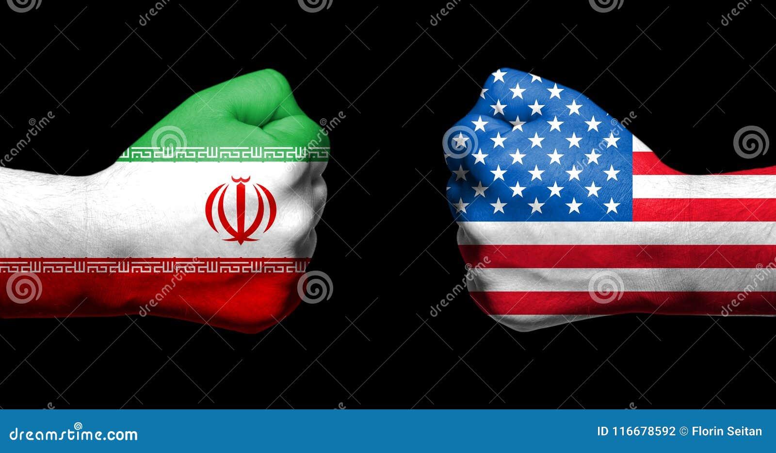 As bandeiras dos EUA e do Irã pintados em dois apertaram os punhos que enfrentam cada um