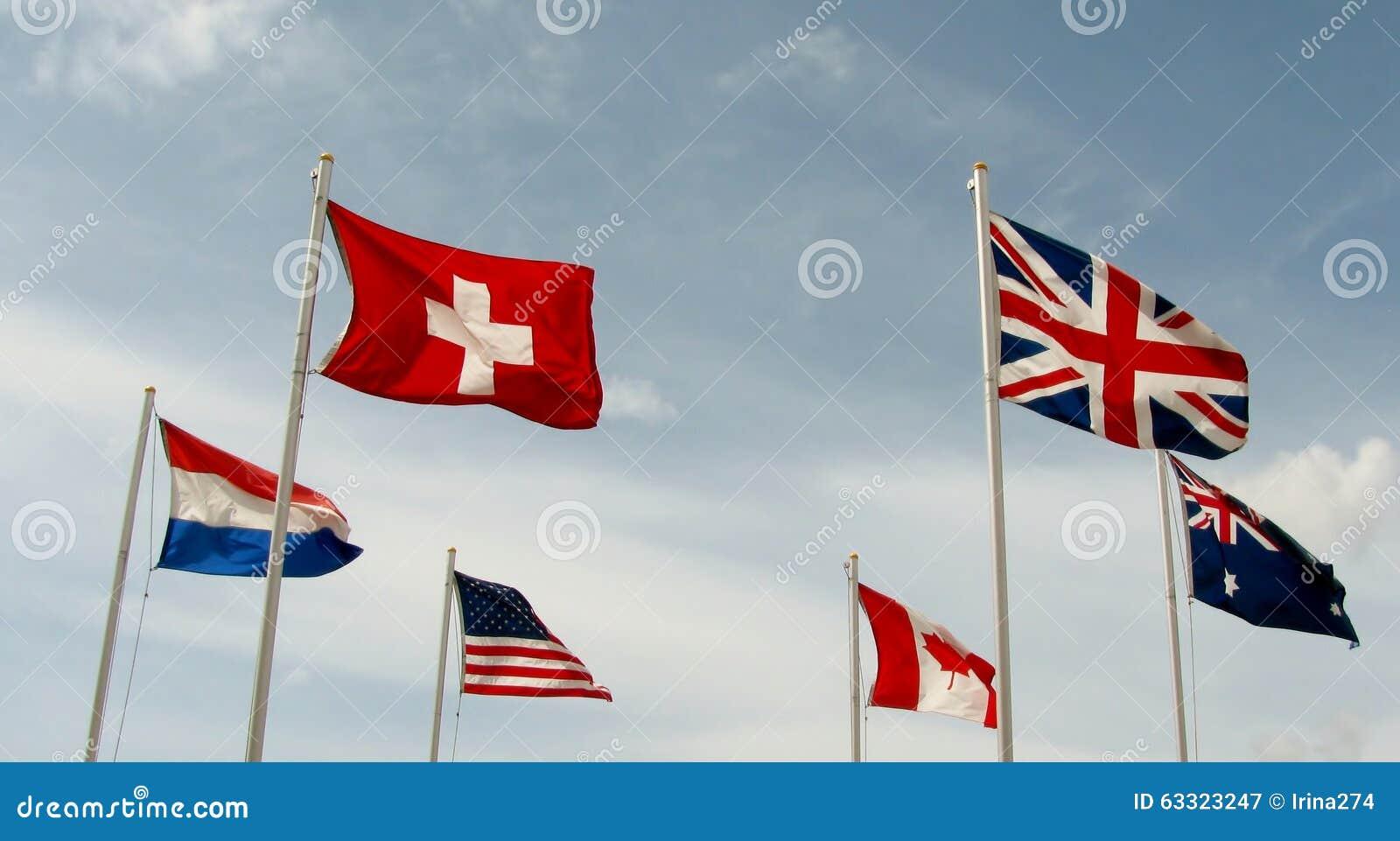 As bandeiras voam de lado a lado