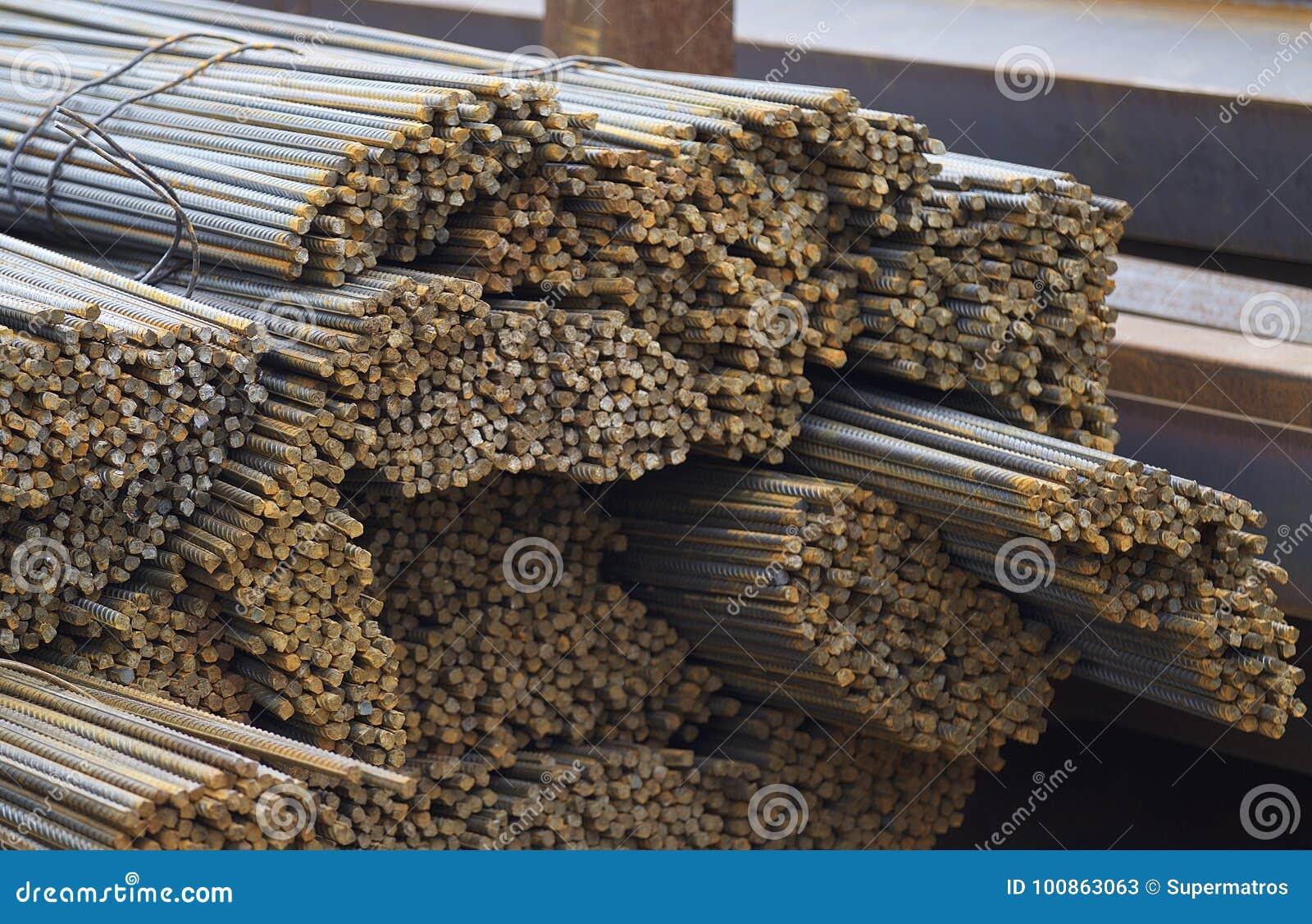 As barras de reforço com um perfil periódico nos blocos são armazenadas no armazém dos produtos