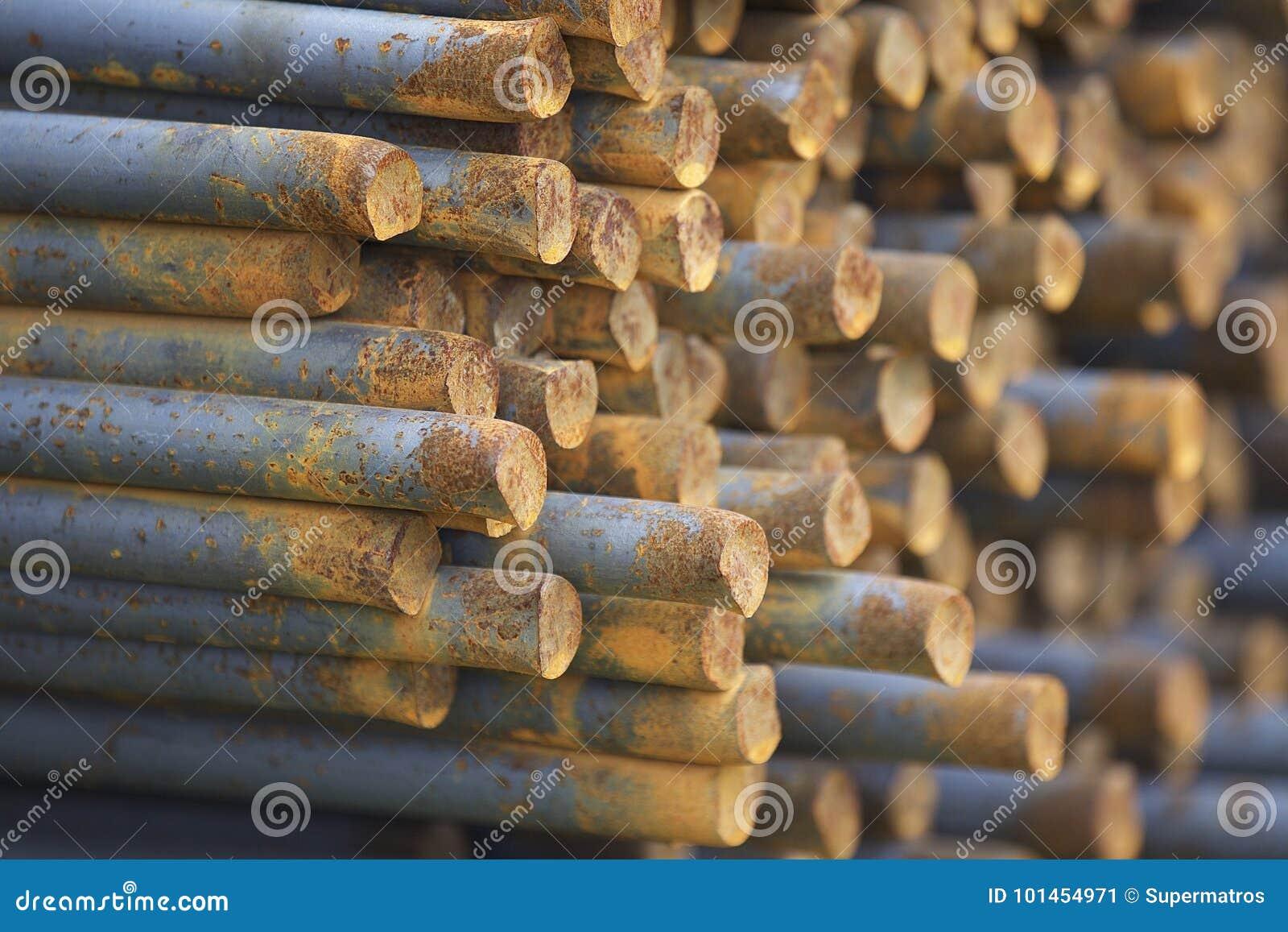 As barras de reforço nos blocos são armazenadas no armazém dos produtos
