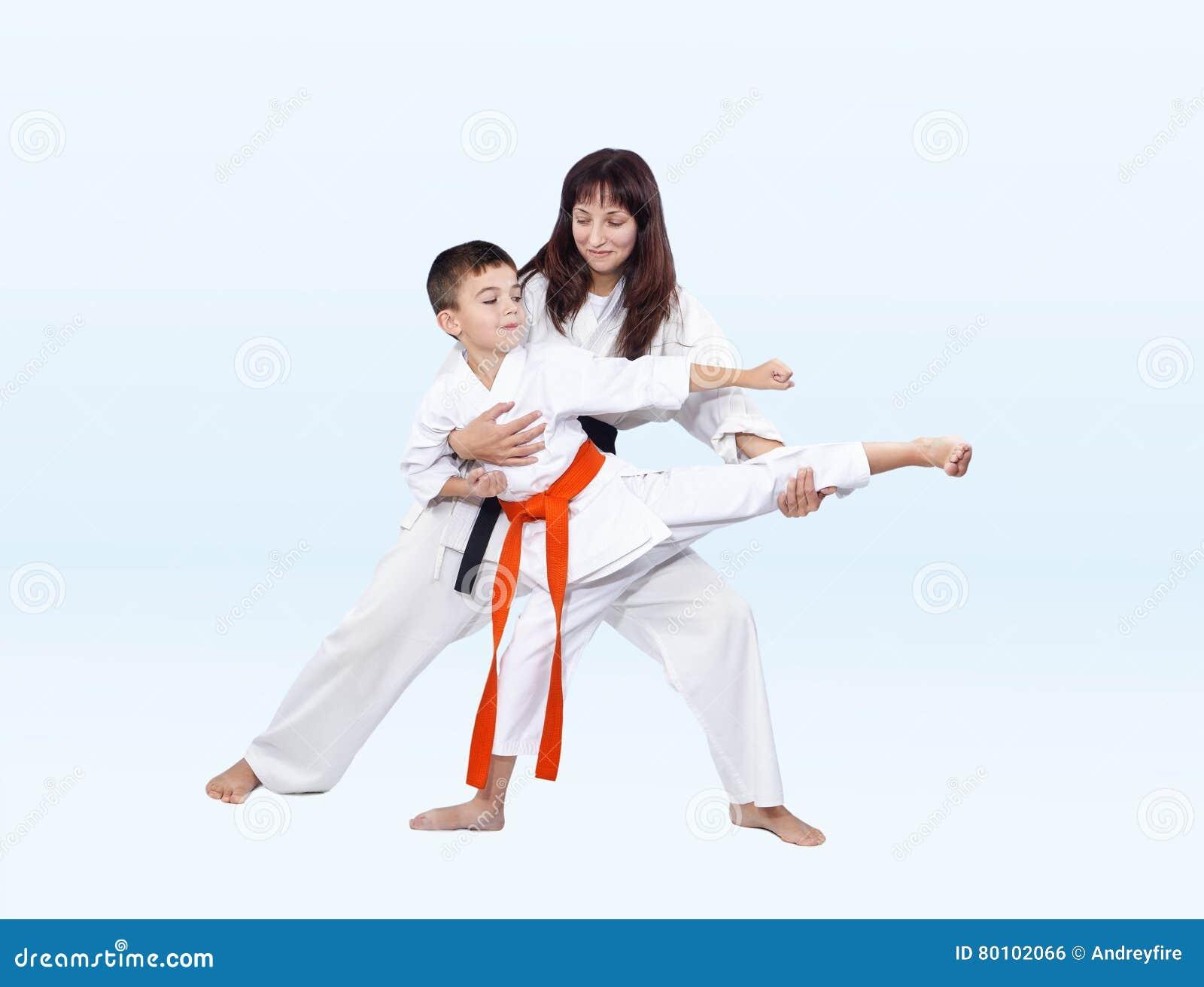 As batidas de Karateka que retrocedem o instrutor corrigem