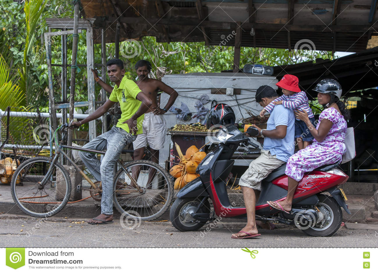 As bicicletas do impulso e as bicicletas do motor são os formulários os mais comuns do transporte vistos em Sri Lanka