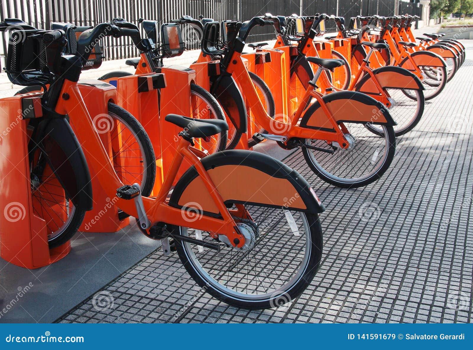 As bicicletas elétricas estacionaram em uma bicicleta que compartilha da estação