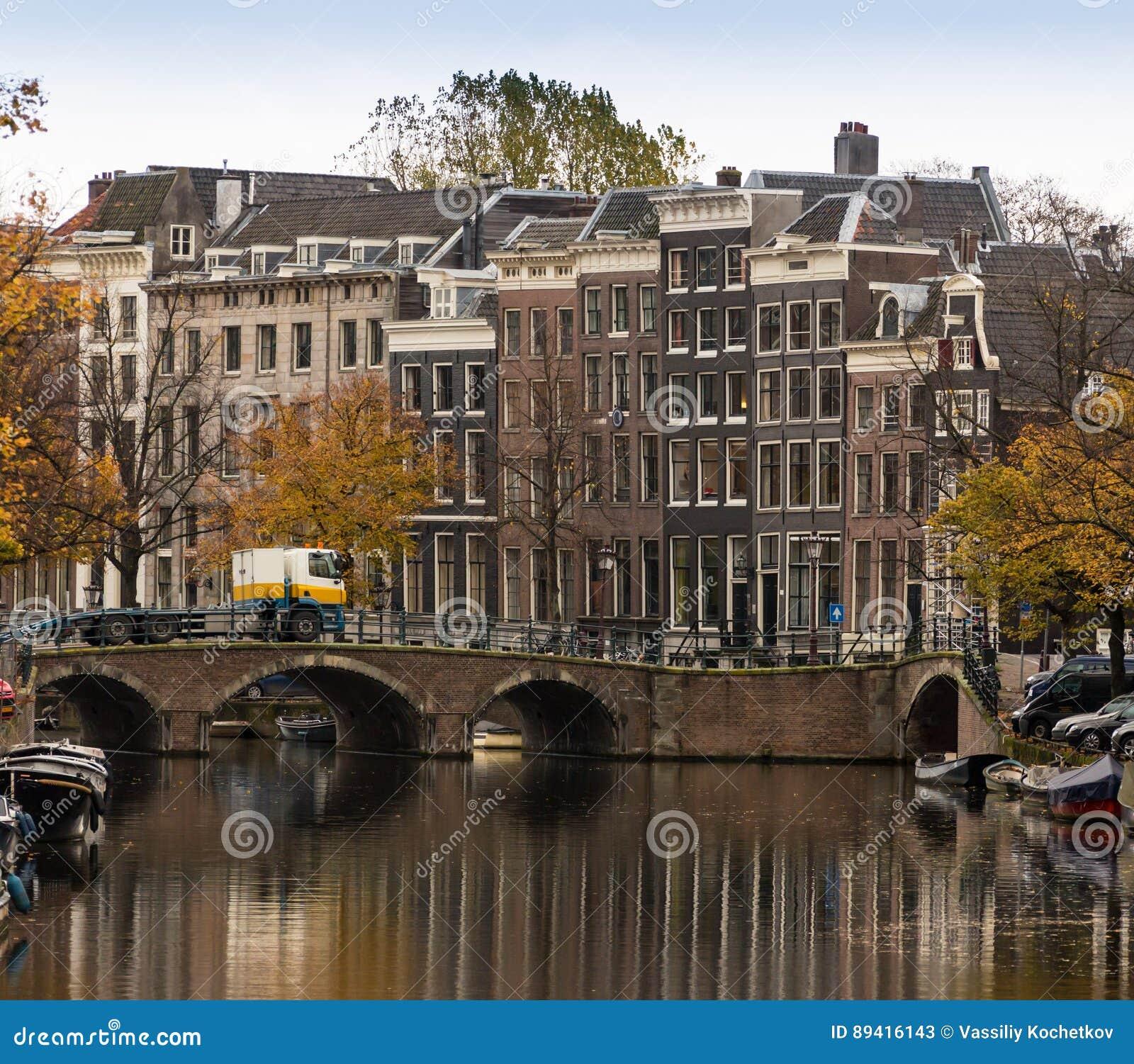 As bicicletas estacionaram em uma ponte em Amsterdão, os Países Baixos