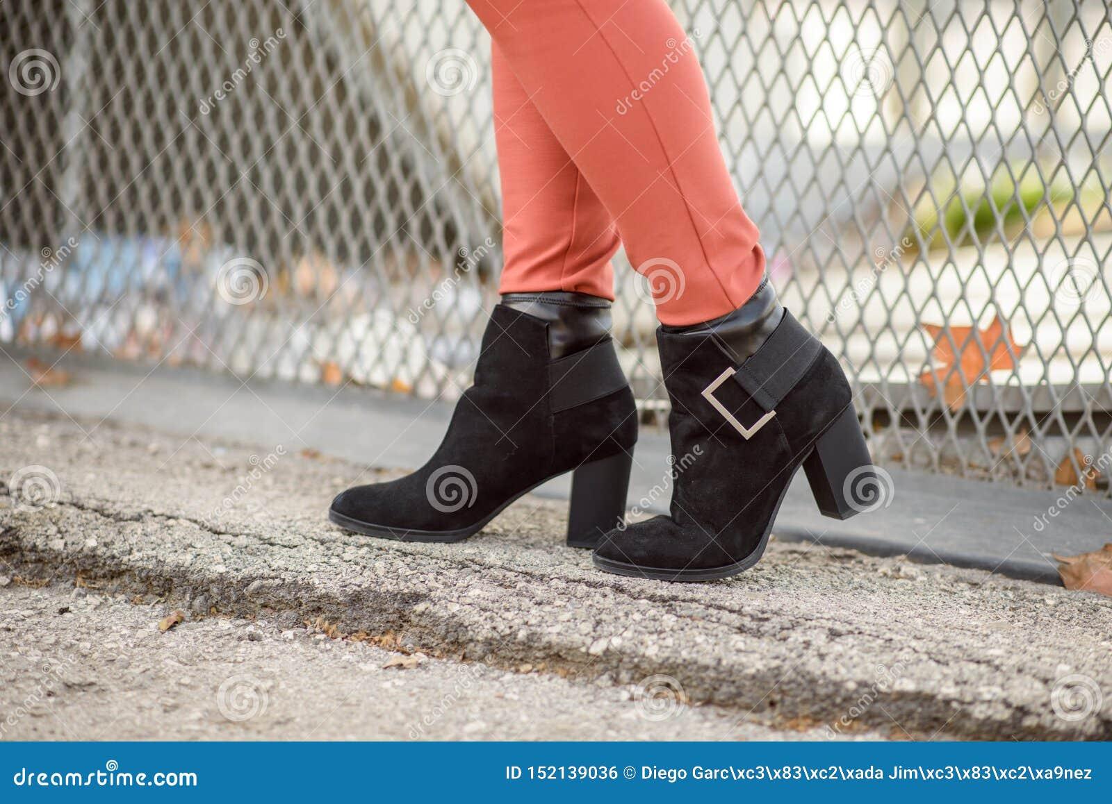 As botas pretas das mulheres
