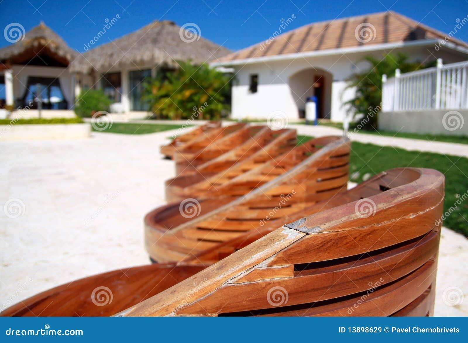 As Cadeiras De Madeira Aproximam A Piscina Imagens de Stock Royalty  #1A66B1 1300x970