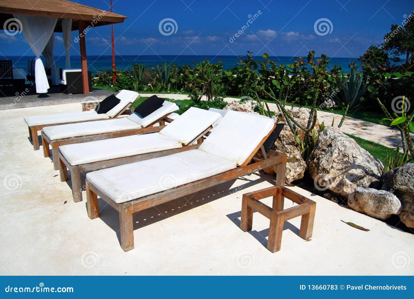 As cadeiras de madeira aproximam a piscina na resid ncia for Sillas para piscina