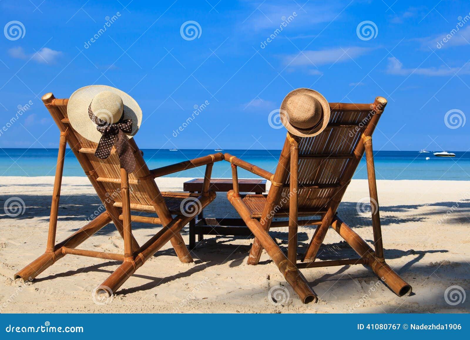 As cadeiras de praia na areia tropical encalham em Boracay, Filipinas