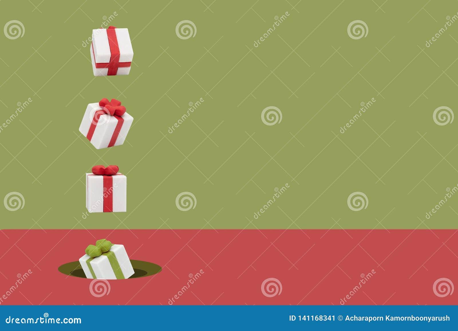 As caixas de presente do Natal estão voando no rosa e no contexto verde, estilo mínimo