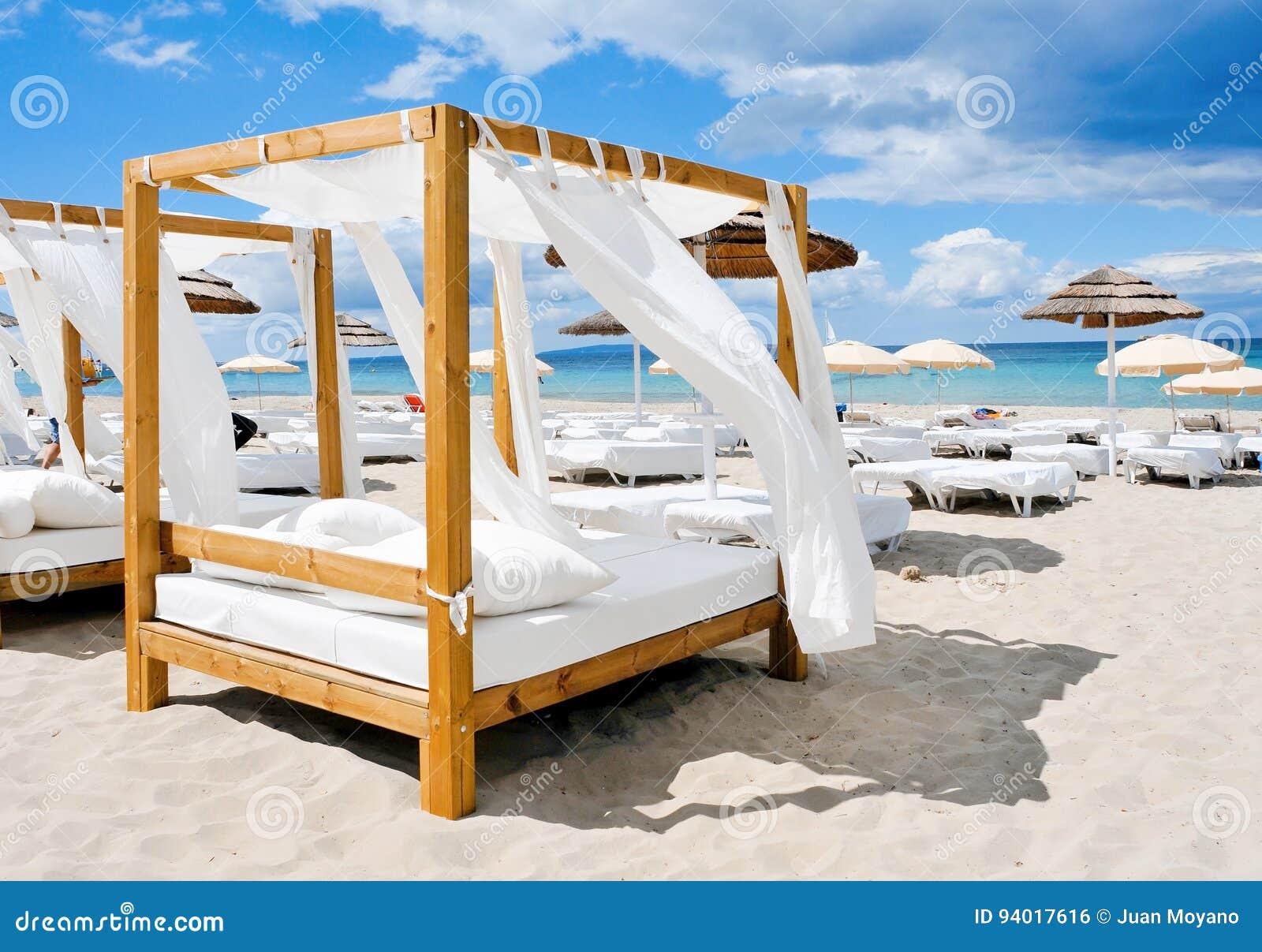 As camas em uma praia batem em Ibiza, Espanha