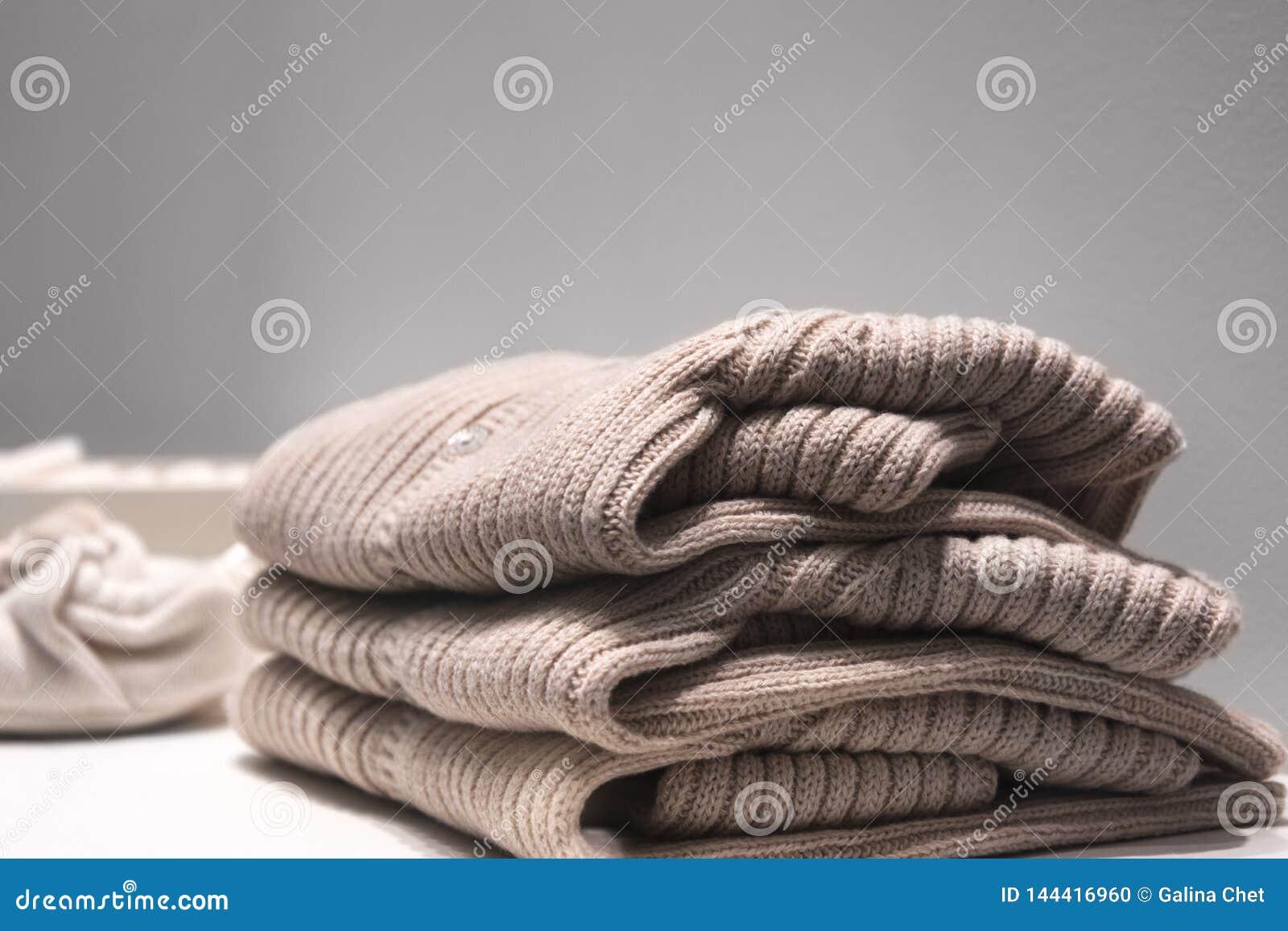 As camisetas bege fizeram das telas naturais s?o dobradas na tabela