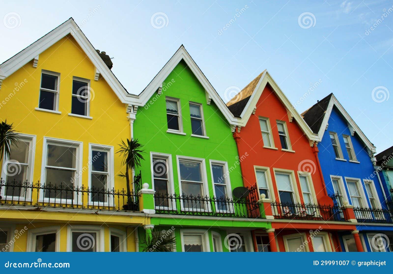 Casas de madeira coloridas brilhantes em irlanda do norte fotografia de stock royalty free - Apartamentos en irlanda ...