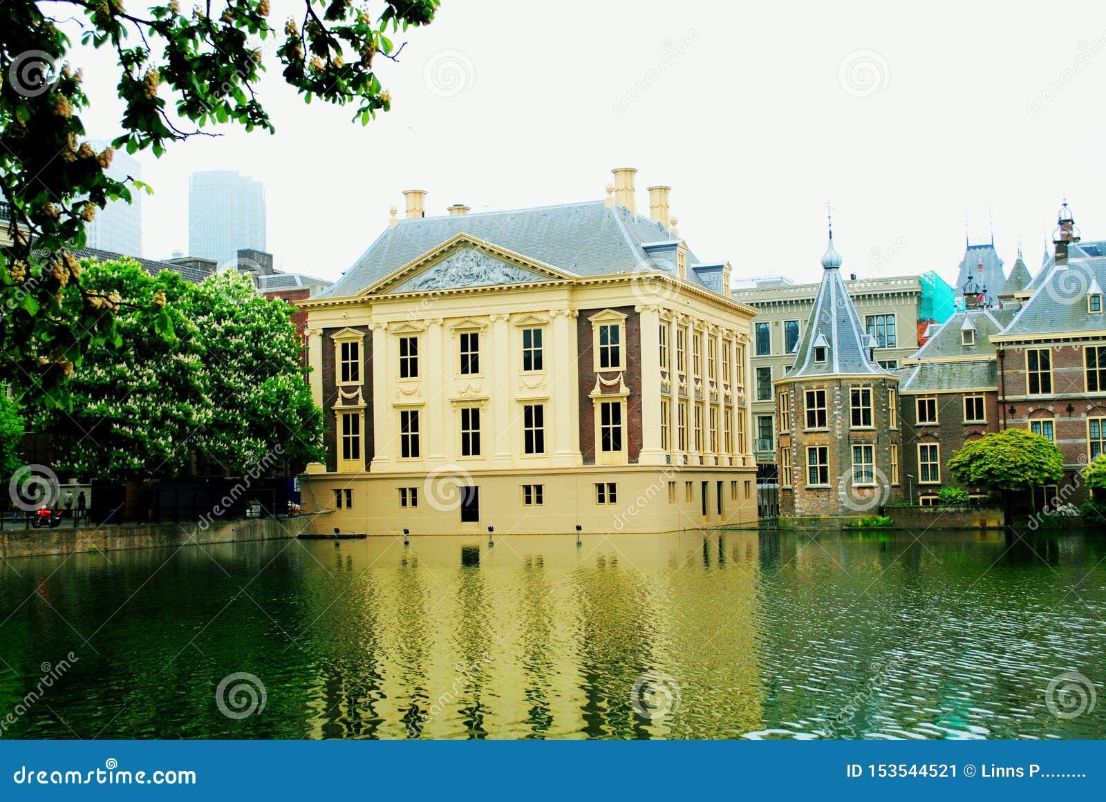 As casas em Haia Países Baixos, refletiram na lagoa Europa