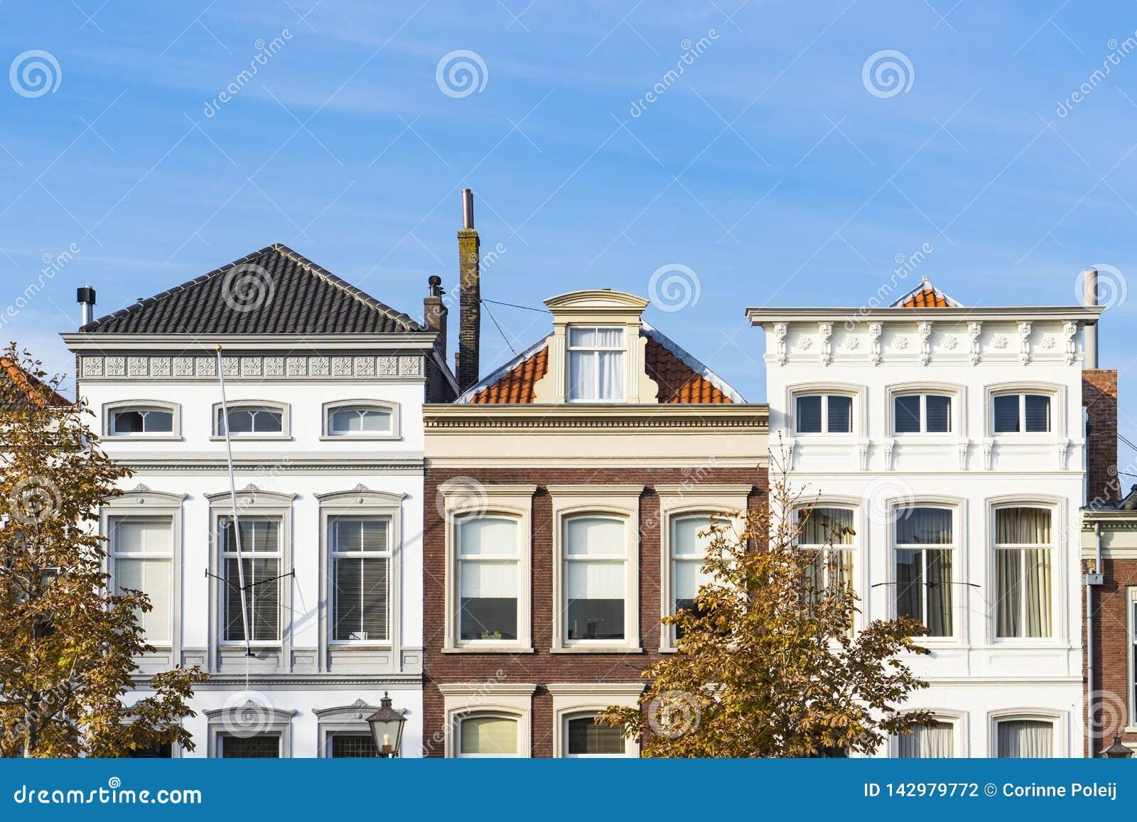 As casas na rua chamaram Wolwevershaven, Dordrecht, os Países Baixos