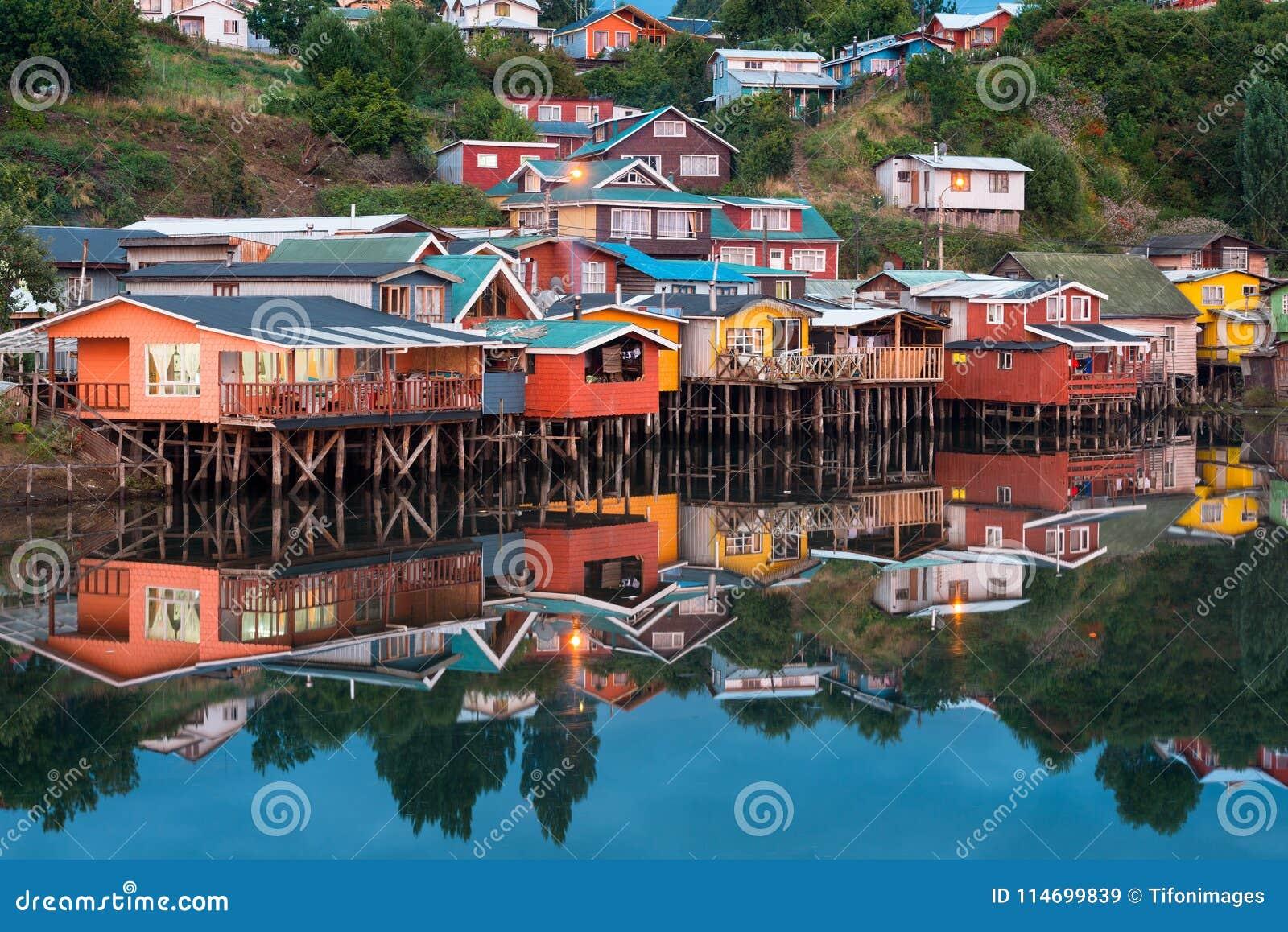 As casas tradicionais do pernas de pau sabem como palafitos na cidade de Castro na ilha de Chiloe