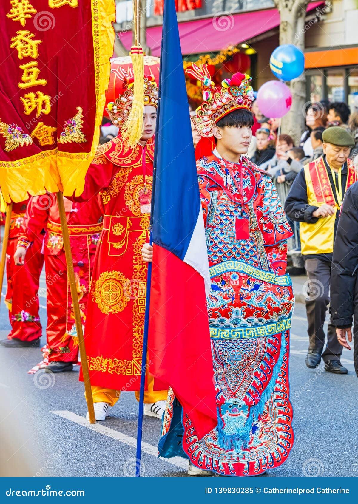 As celebrações chinesas do ano novo desfilam em Paris