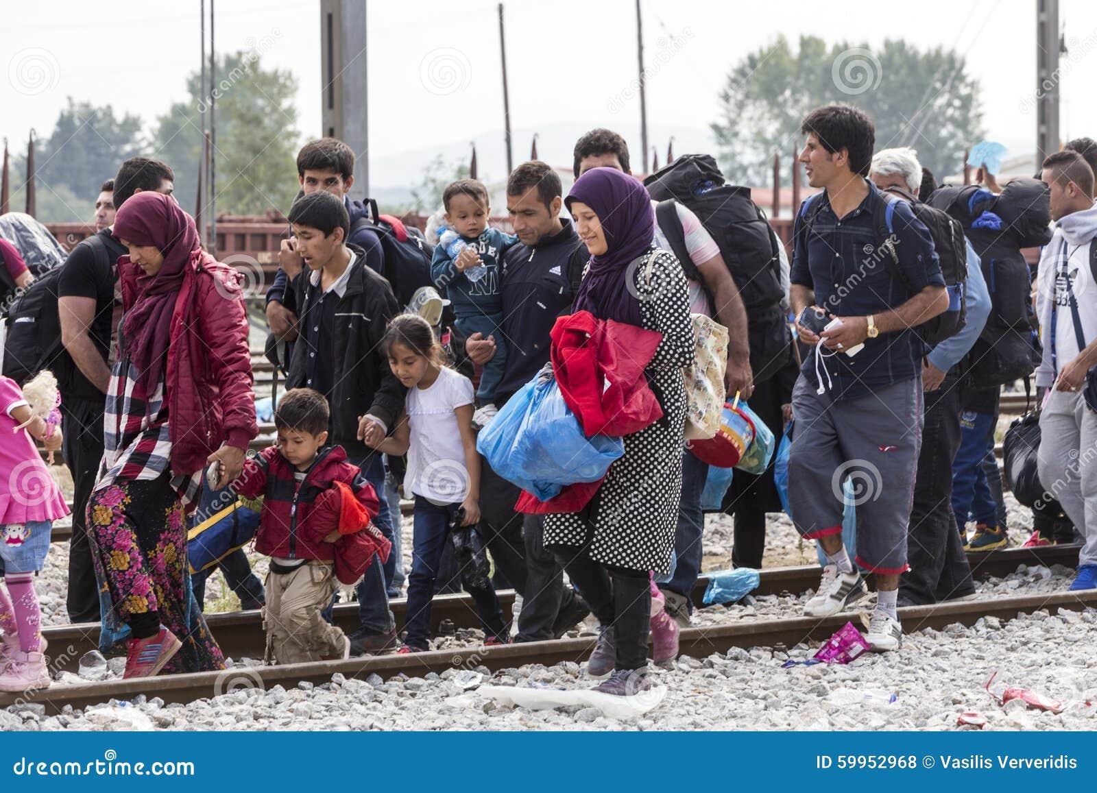 As centenas de imigrantes estão em uma espera na beira entre Greec
