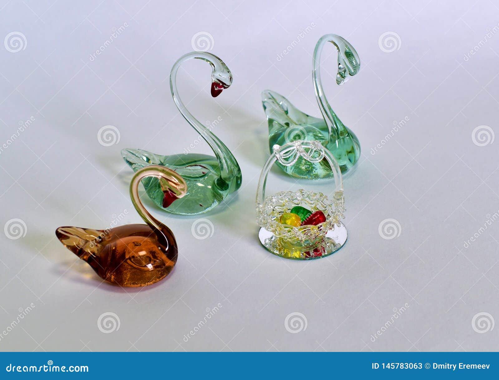 As cisnes da lembrança fizeram do vidro com os ovos coloridos feitos do vidro