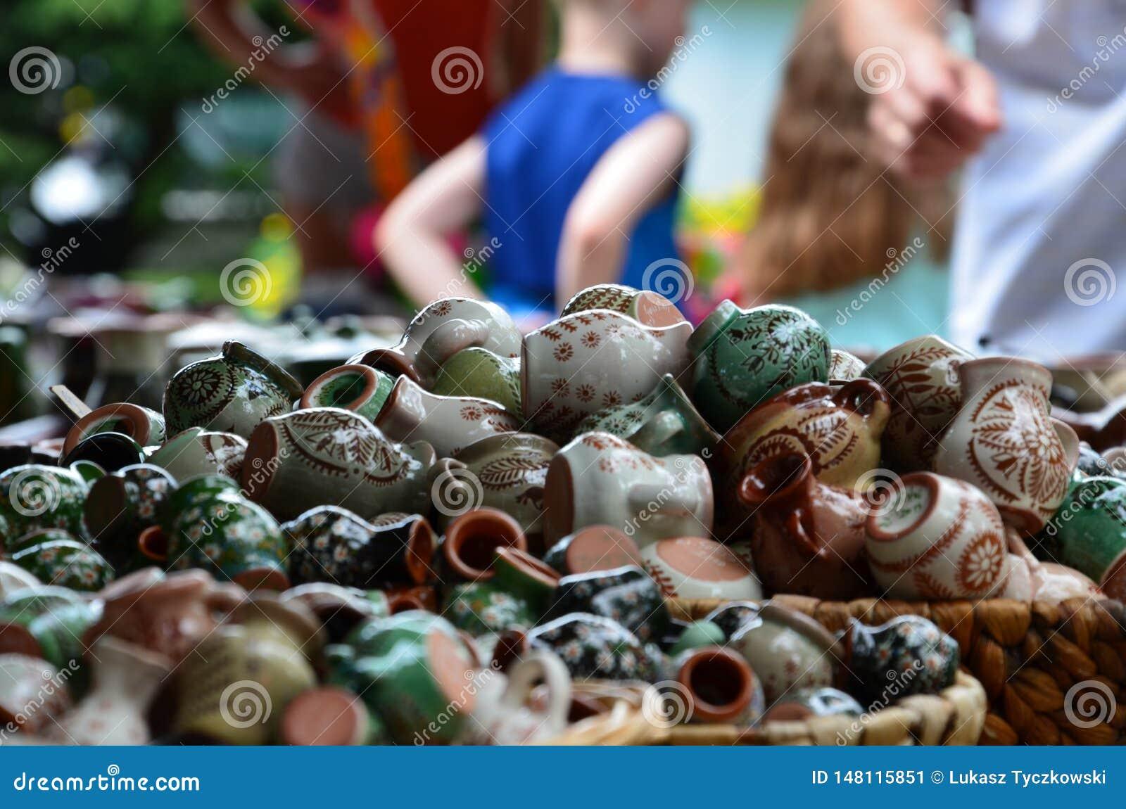 As coisas de Handicrafted fizeram no Pol?nia durante um evento da arte no parque