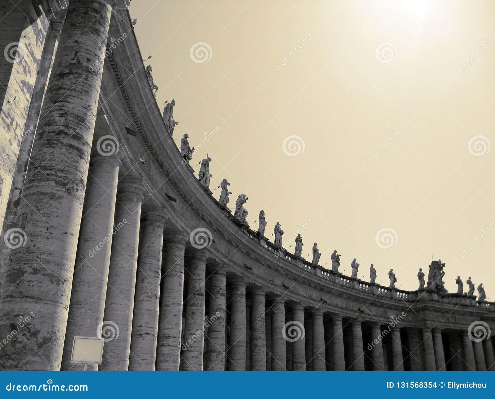 As colunatas de Cidade Estado do Vaticano sob o sol de brilho