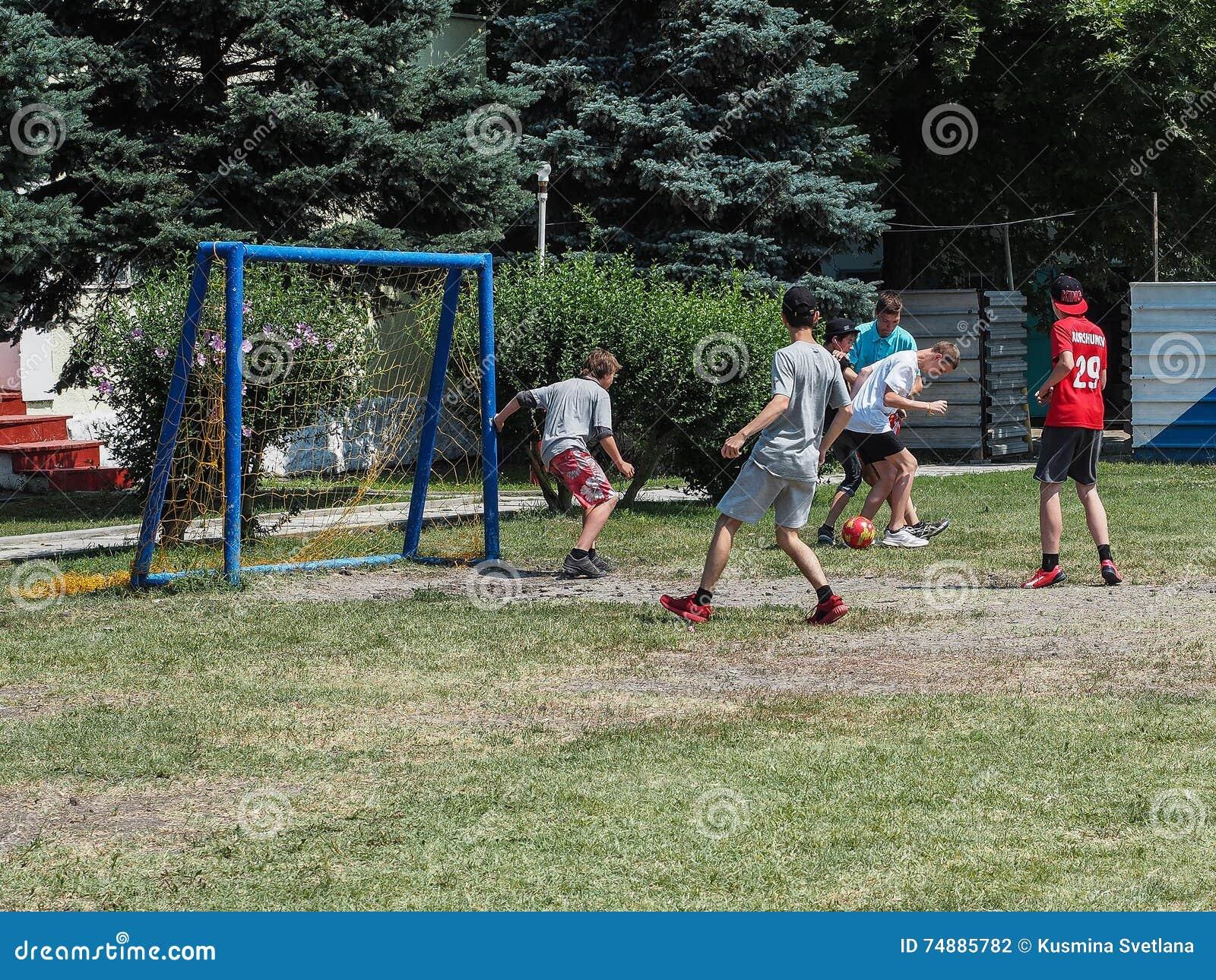 As competições amadoras do futebol na recreação das crianças acampam em Anapa na região de Krasnodar de Rússia