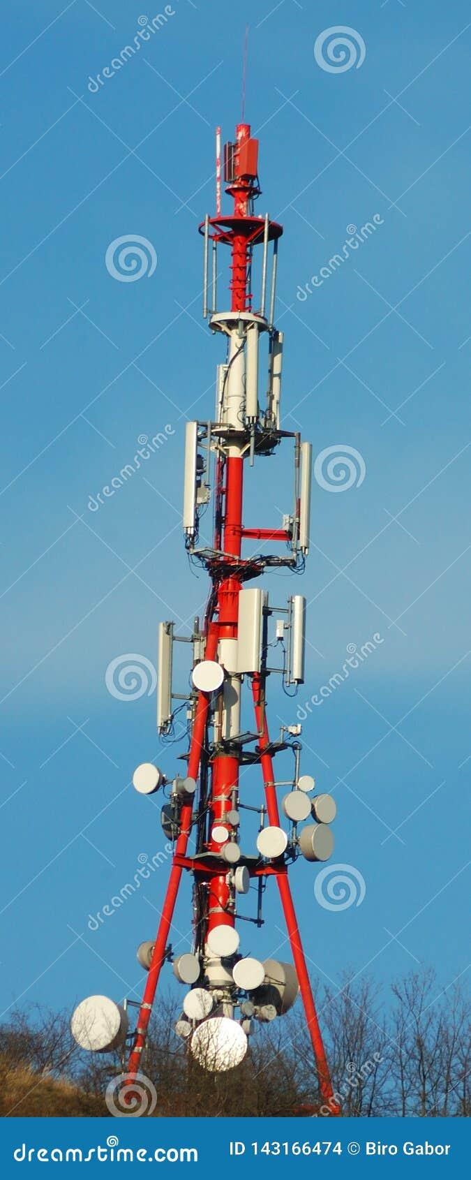 As comunicações elevam-se na montanha húngara