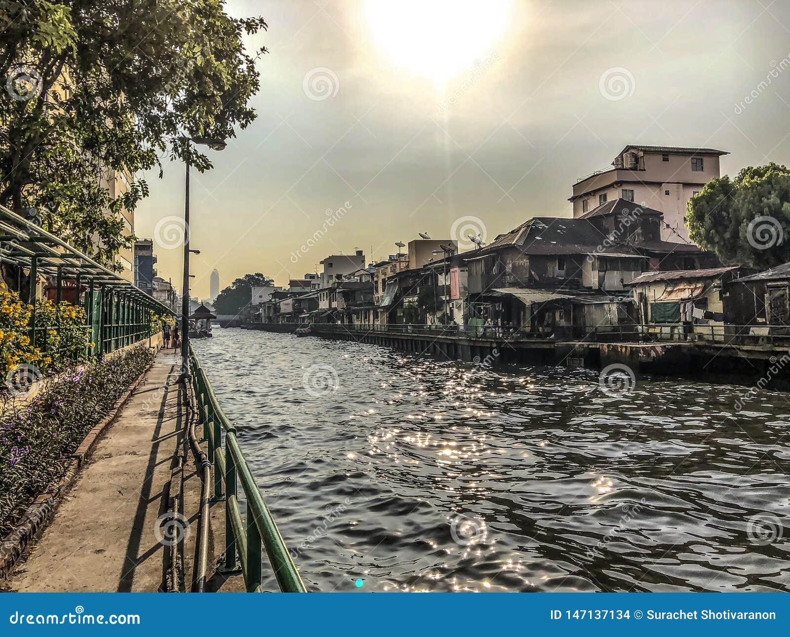 As comunidades perto do canal, Banguecoque, Tailândia