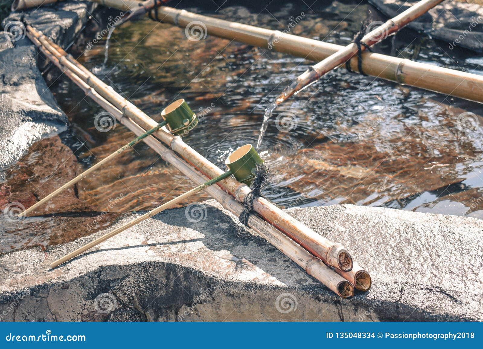 As conchas de bambu cerimoniais japonesas tradicionais usadas a eram mãos antes de entrar no templo