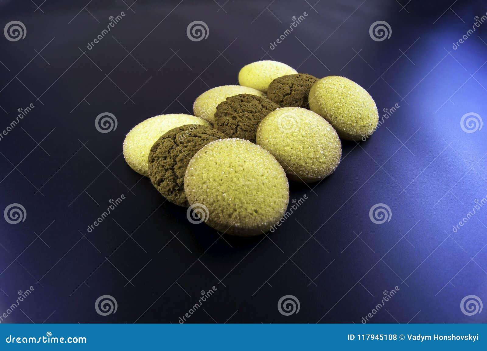 As cookies do milho e da aveia flour em um fundo escuro
