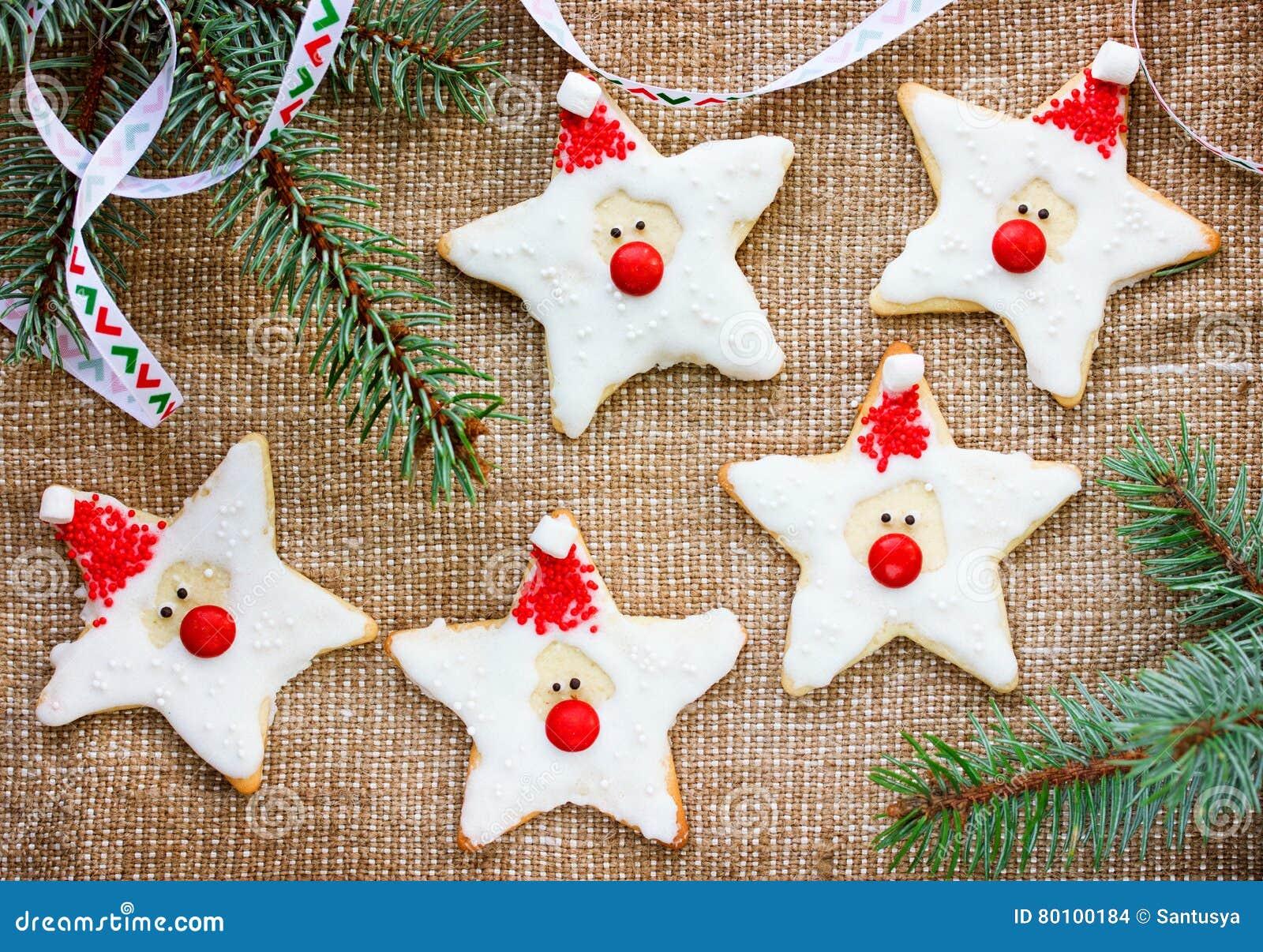 As cookies do pão-de-espécie do Natal com crosta de gelo deram forma a Papai Noel para