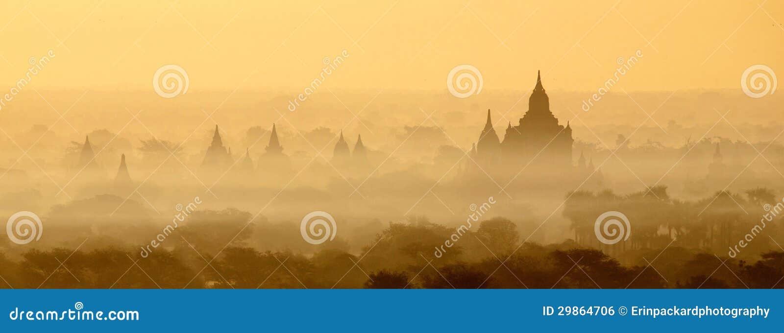 Templos de Bagan na névoa no nascer do sol