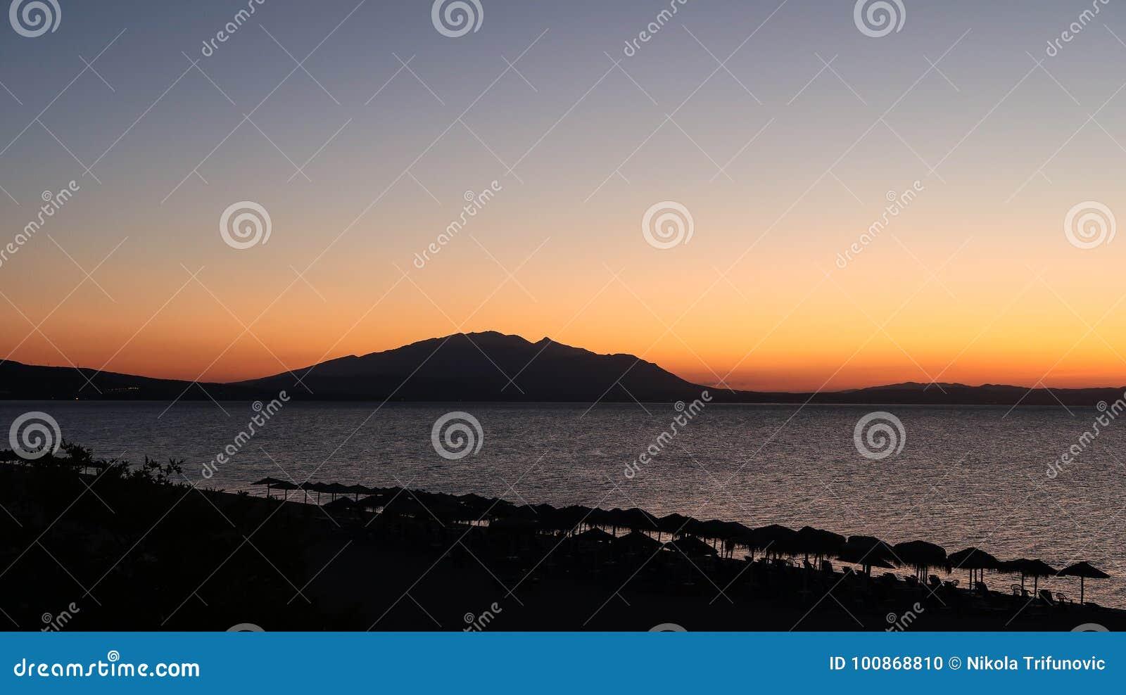 As cores mágicas no horizonte momentos antes de Sun vão acima Sunris