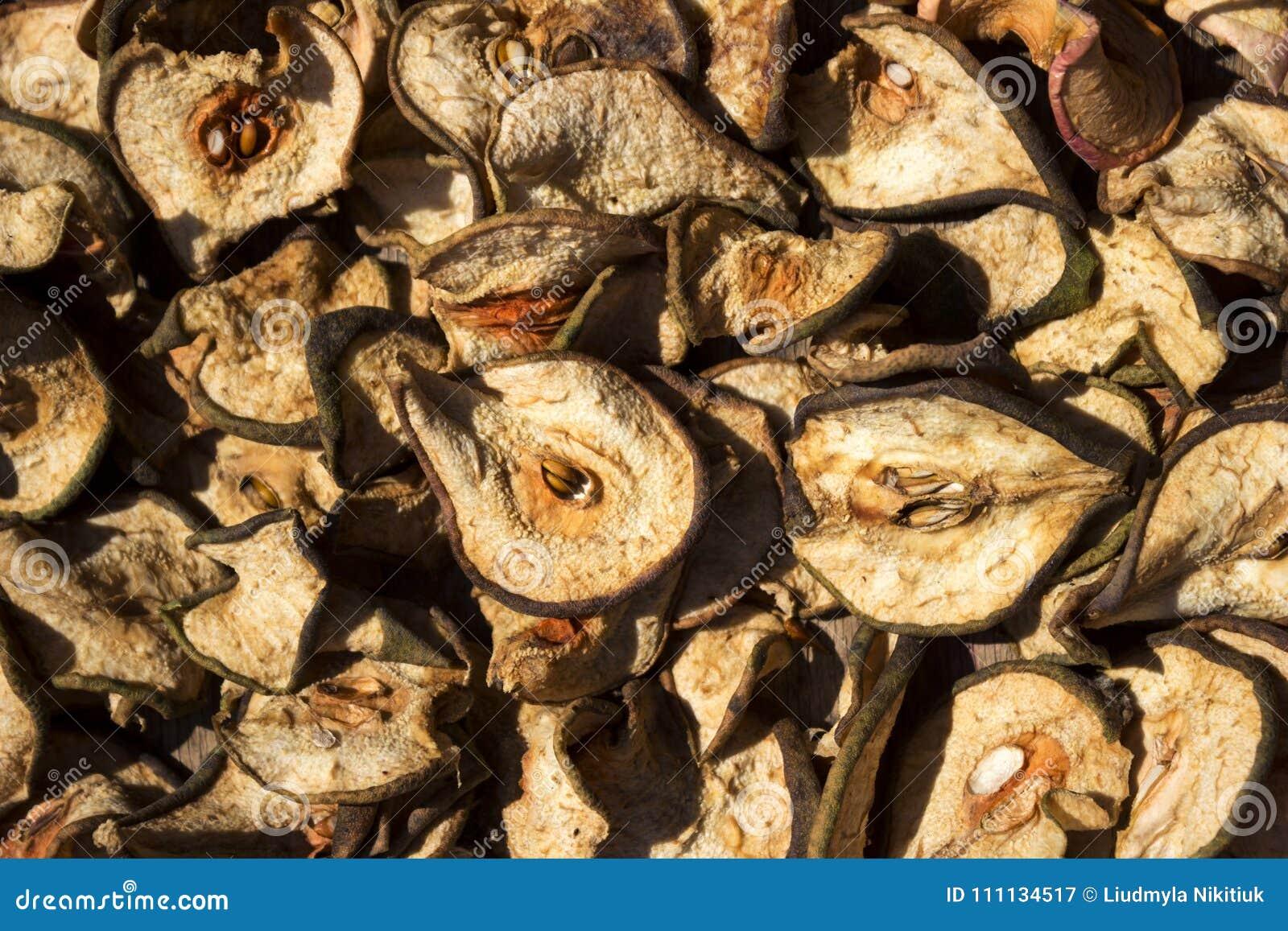 As corrediças cortaram finamente as peras que secam no sol, fundo