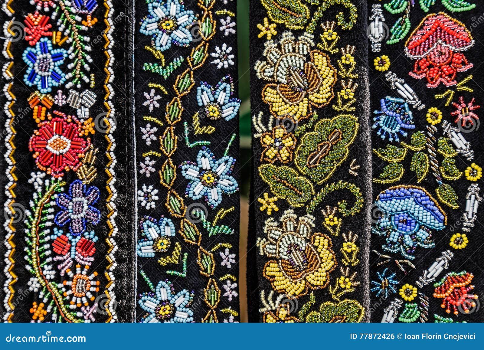 As correias para mulheres bordaram tradicional com testes padrões romenos