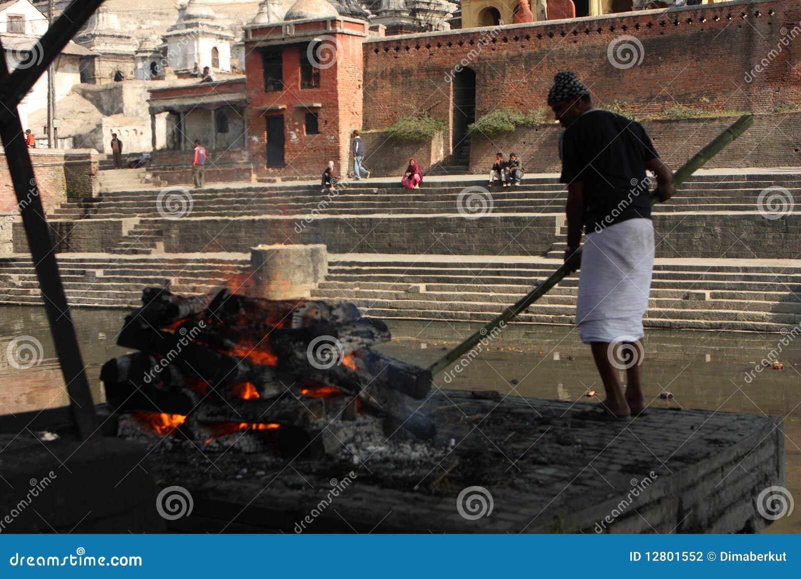As cremações são executadas no templo de Pashupatinath