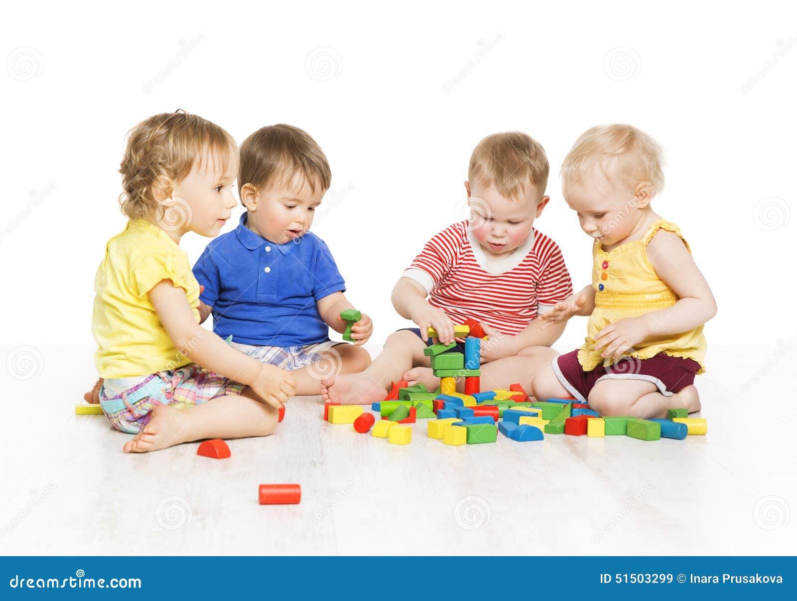 As crianças agrupam o jogo de blocos do brinquedo Desenvolvimento adiantado das crianças