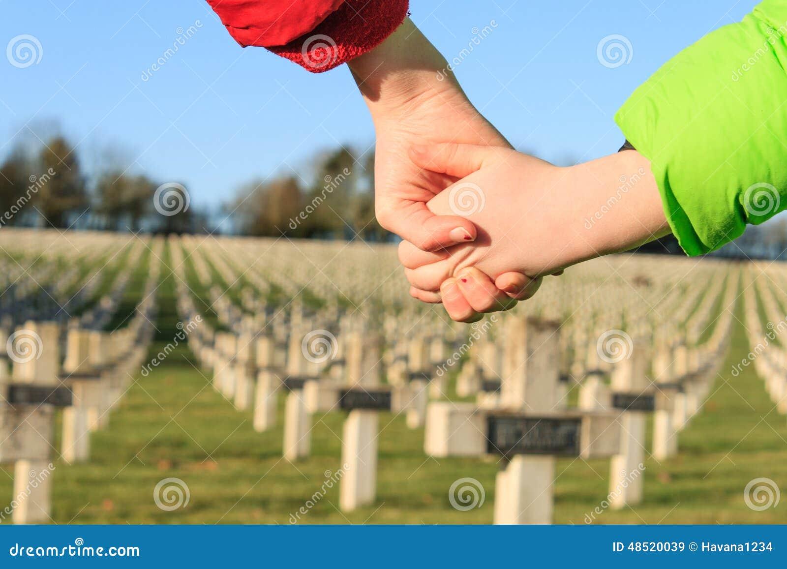 As crianças andam em conjunto para a guerra mundial 1 da paz