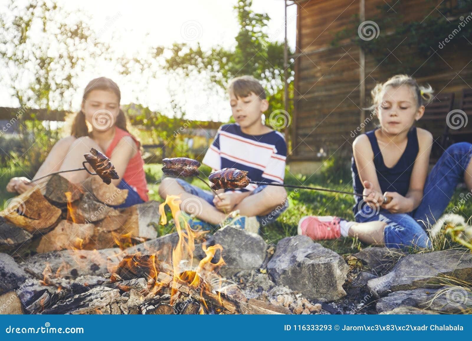 As crianças apreciam a fogueira