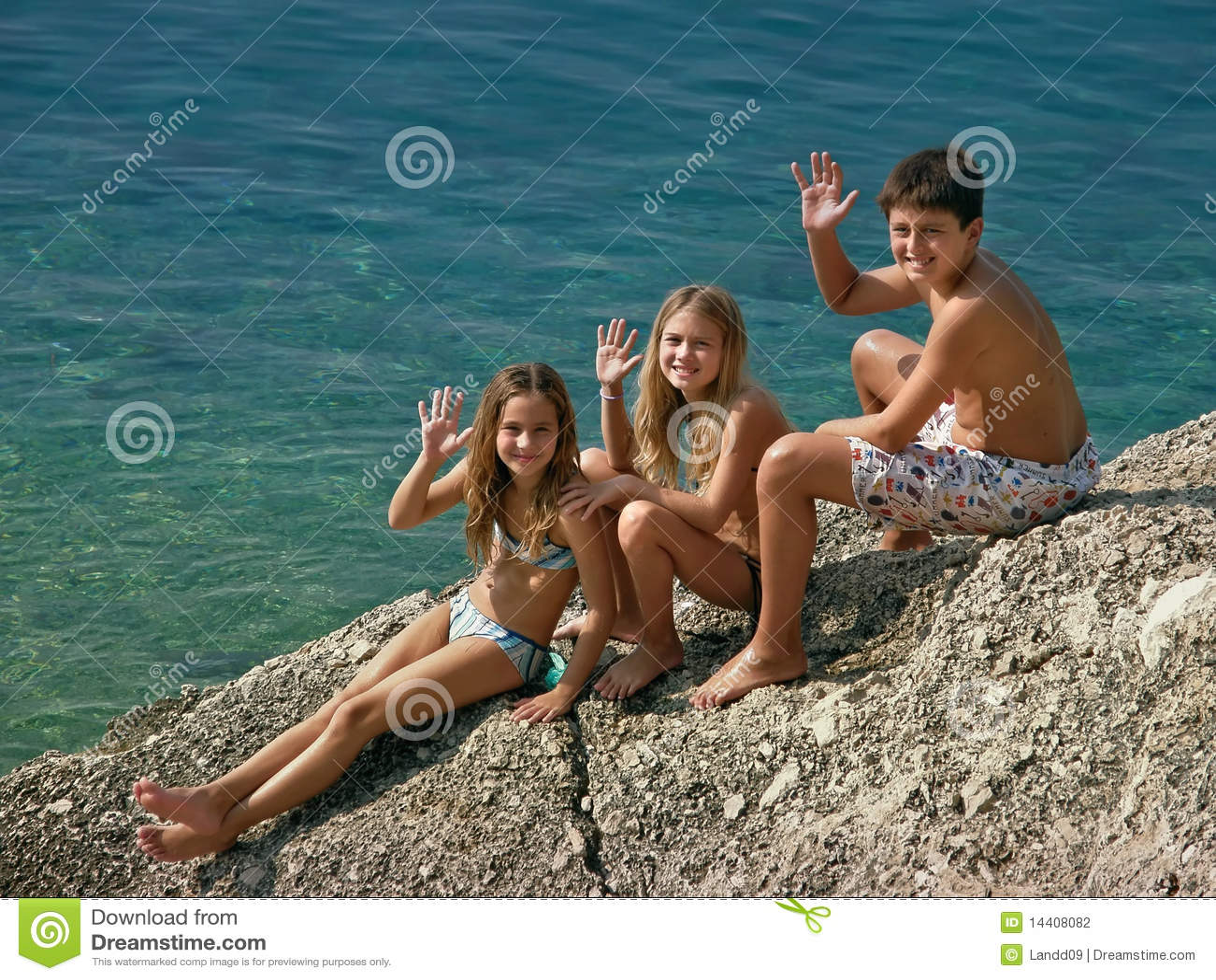 As crianças dão cumprimentos do mar do mar de adriático