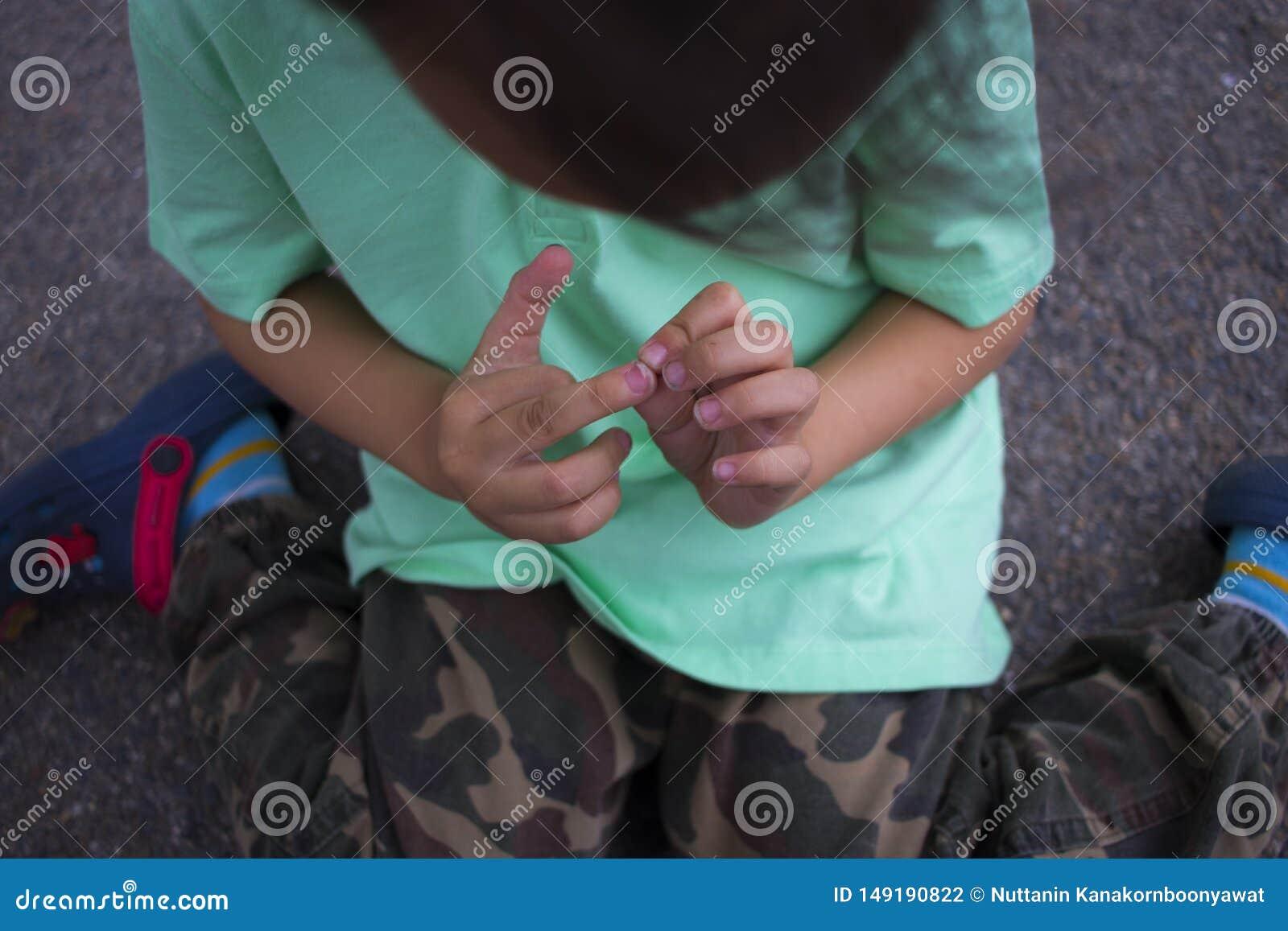 As crian?as feriram seu dedo, menino com dor que feriu seu dedo