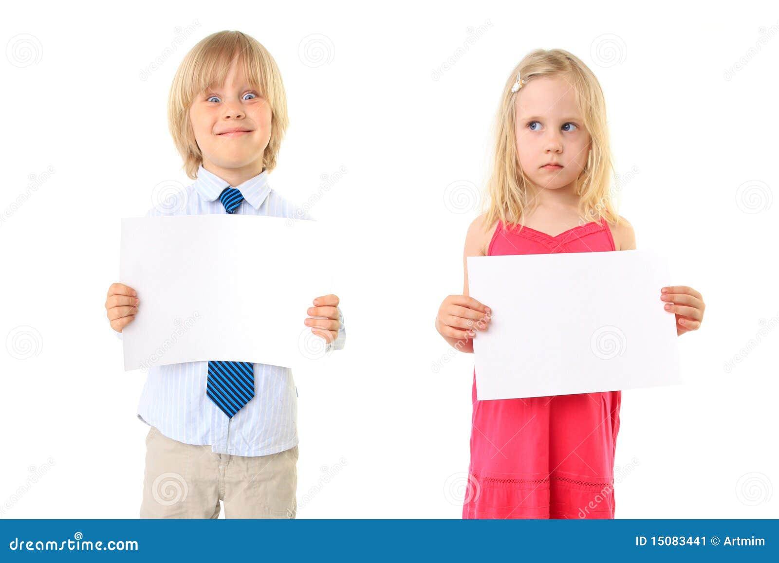 As crianças louras novas que prendem um sinal em branco embarcam