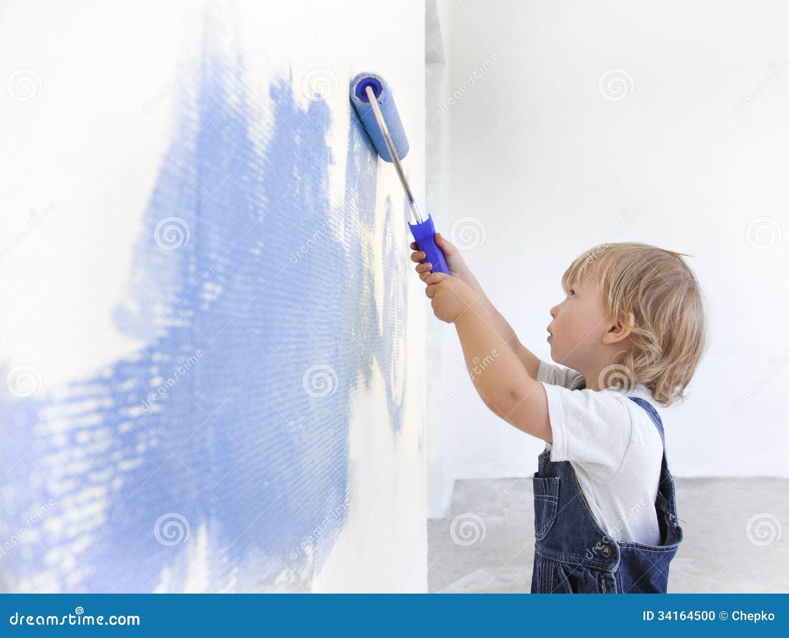 As crianças pintam dentro