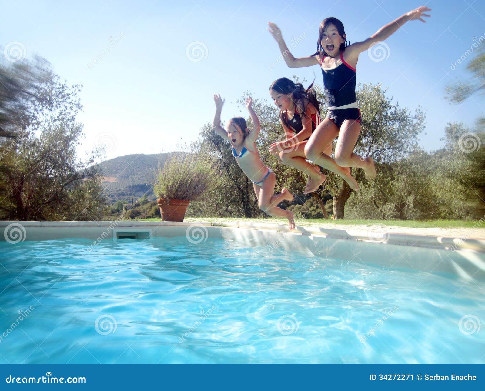 As crianças que saltam na piscina