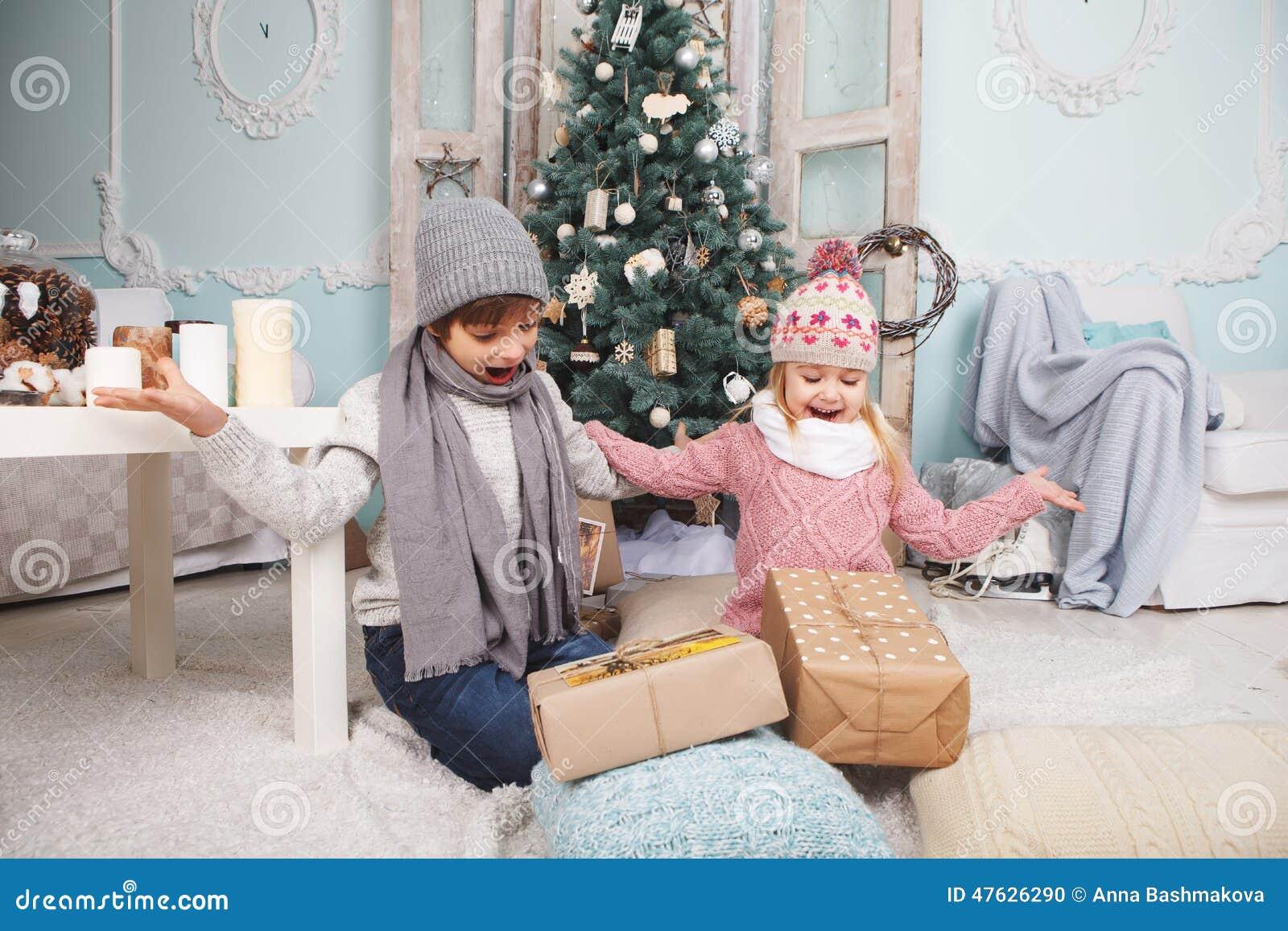 As crianças são presentes felizes