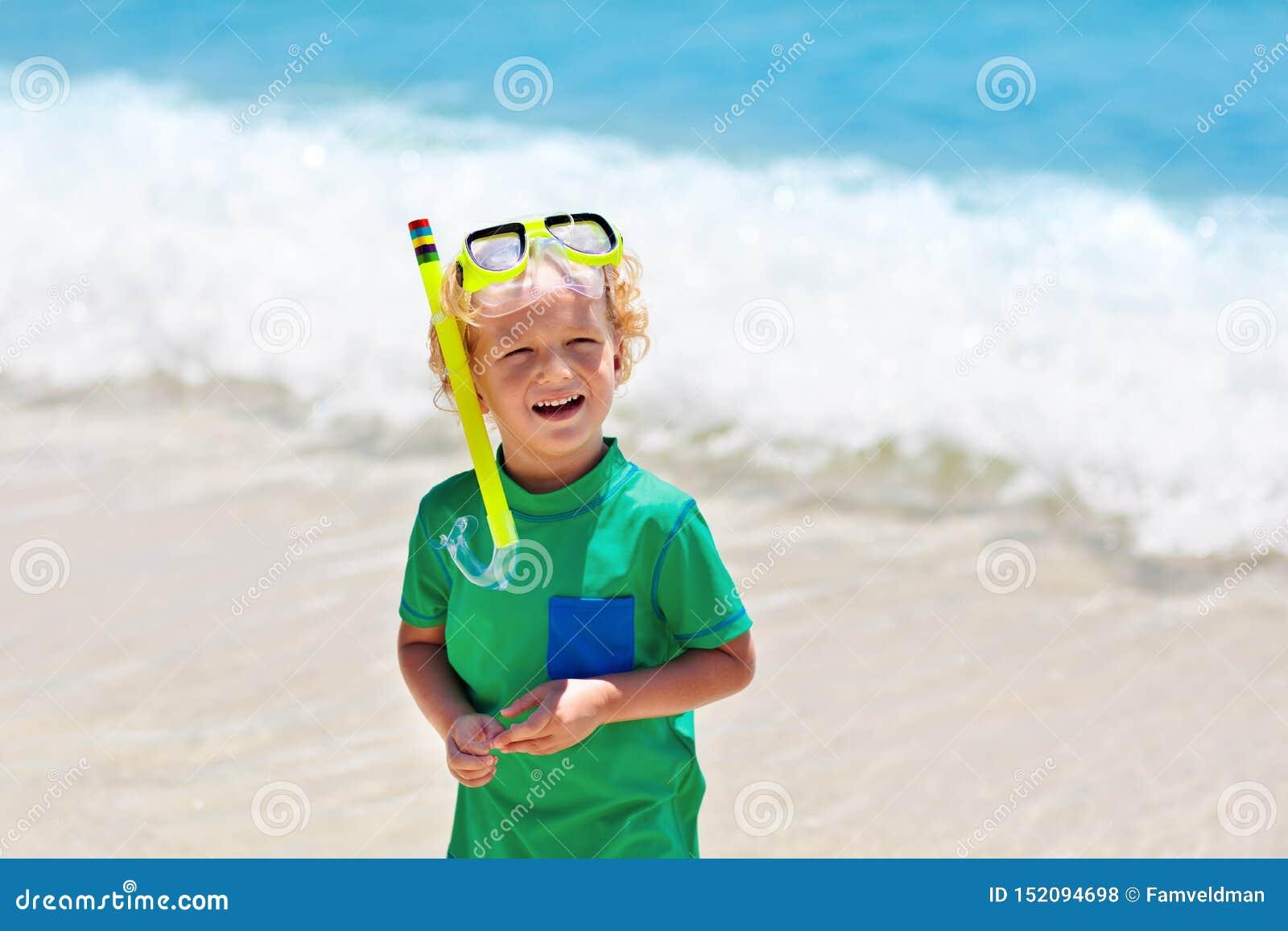 As crian?as mergulham Crianças que mergulham no mar tropical